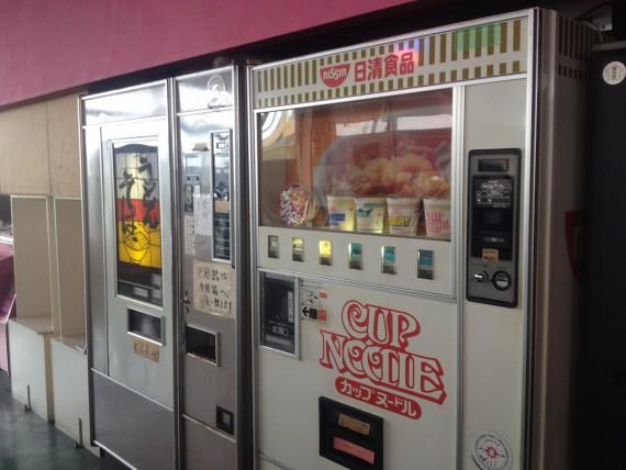 うどんとカップ麺の自販機