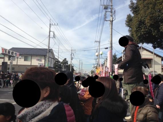 さのまるくんのパレード前の人集り