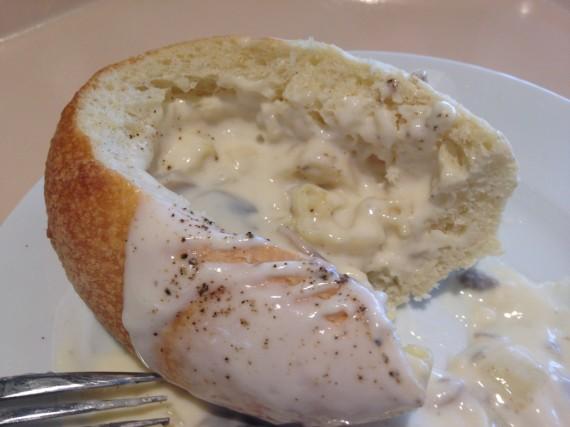 シチューが減ったところで全てのパンを完食する