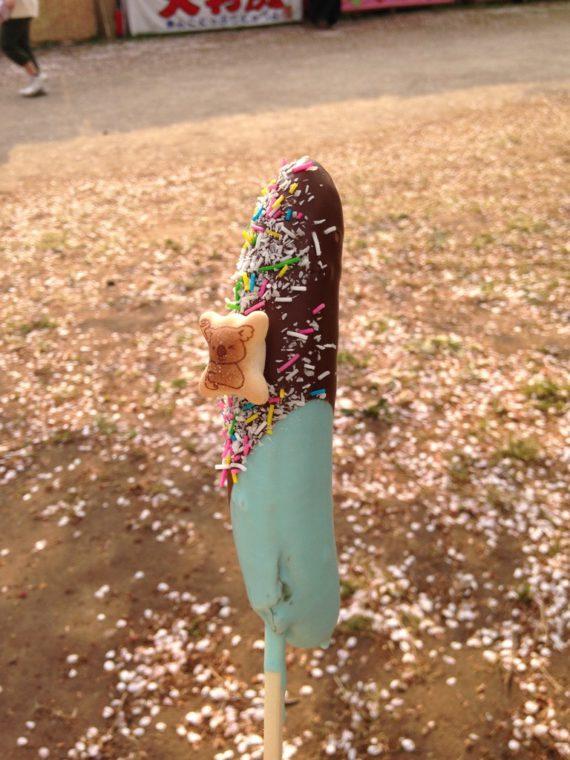 コアラのマーチが付いているチョコバナナ
