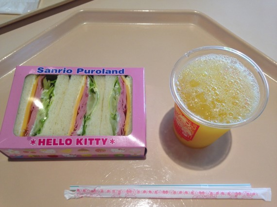 サンドウィッチと100%オレンジジュース
