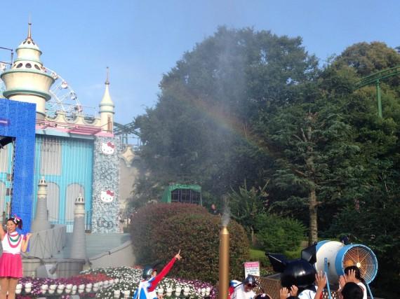 細い水の大砲と綺麗な虹