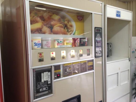 カップヌードルの自販機
