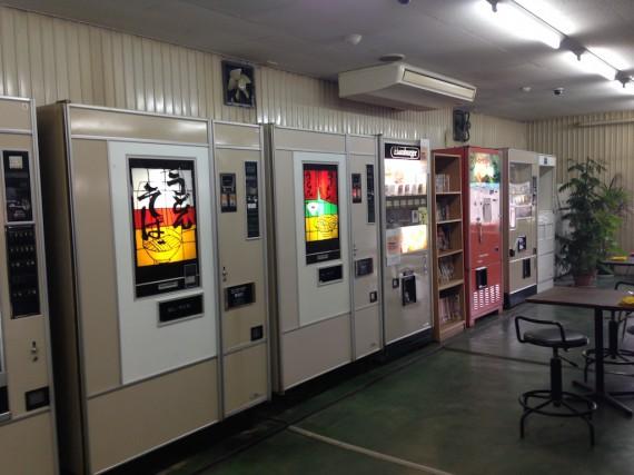 店の奥に古い自販機の並び