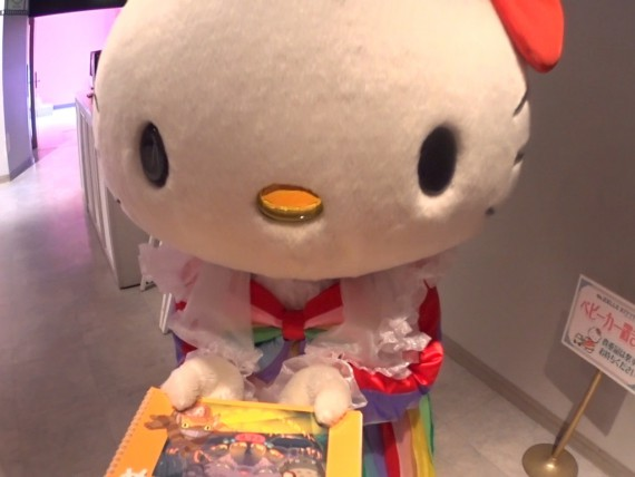キティちゃんにスケッチブックを預ける