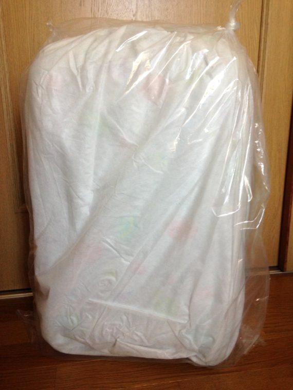布の袋やプチプチで包まれたキャリーケース