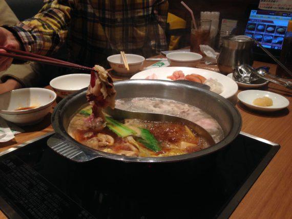 鍋に煮詰まる肉をひたすら食べる作業