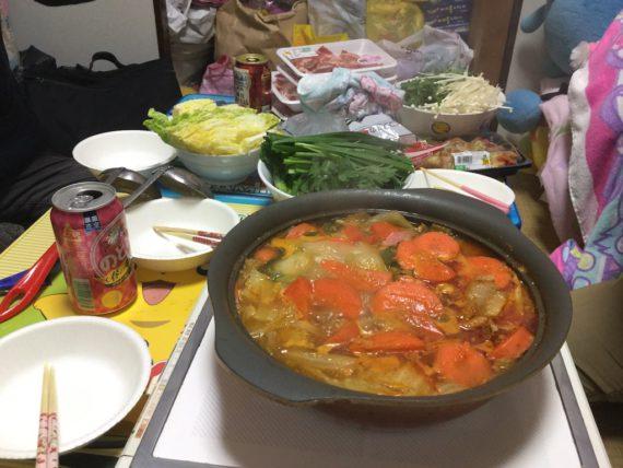 グツグツと煮込む音を立てる鍋