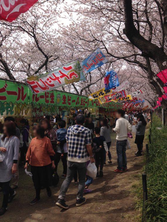 満開の桜と出店