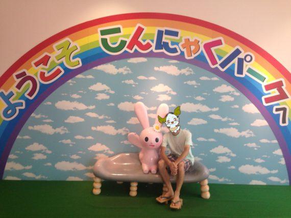 マナンちゃんのモニュメントと一緒の記念撮影