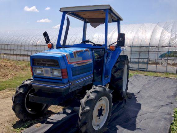 青いトラクターとプレーズ