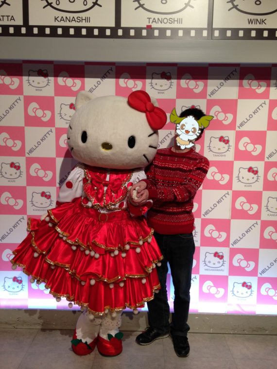 真っ赤なドレスのキティちゃんとともにツーショット