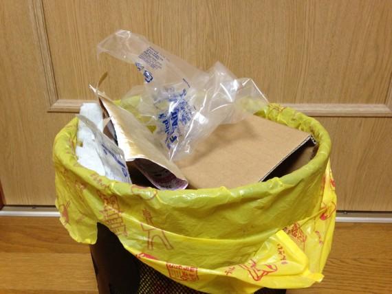 包装等を捨てた後のゴミ箱