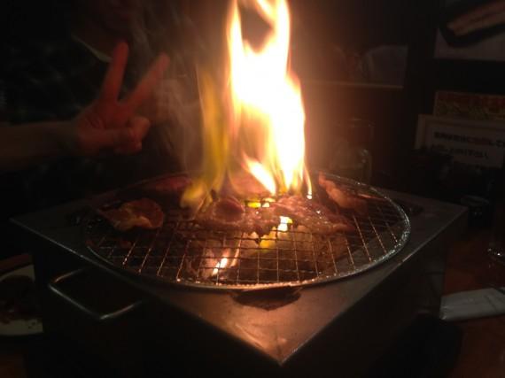 肉から出る油で火が上がる光景