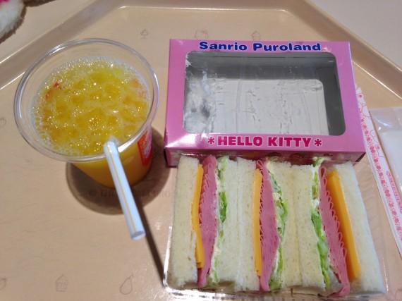 フードマシンレストランでのサンドウィッチのボックス