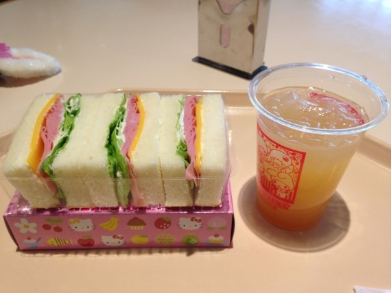 サンドウィッチとお供はりんごジュース