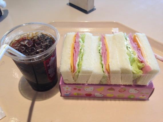 サンドウィッチとコーラの安定した組み合わせ