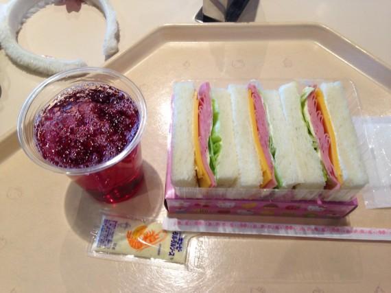 サンドウィッチにお供はぶどうジュース