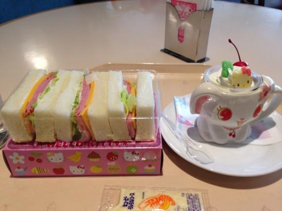 サンドウィッチとスペシャルカップケーキ