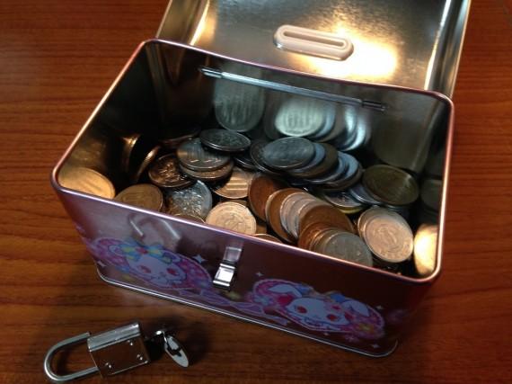 120枚の硬貨が入っている缶バンク