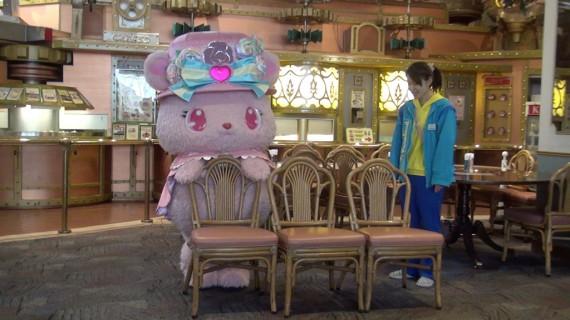 綺麗に椅子を並べるローサちゃん