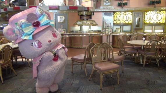 椅子取りゲームの準備をするローサちゃん