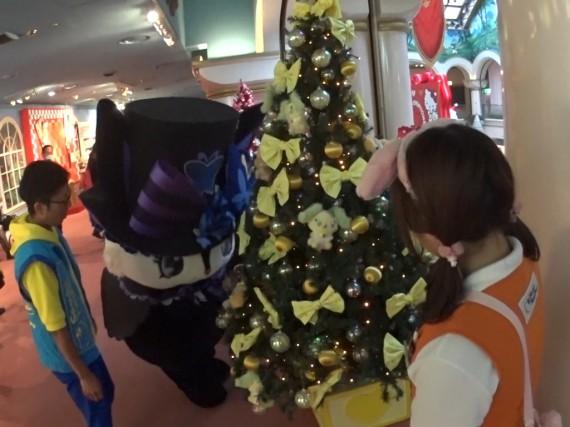 クリスマスツリーを見つめるルーアちゃん