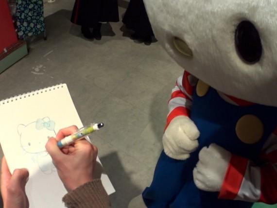 キティちゃんと絵を描くところ