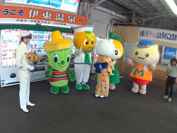 キティちゃんが他のキャラクター達と握手