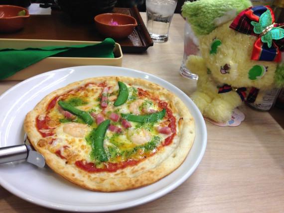 ピザを眺めるペリドット