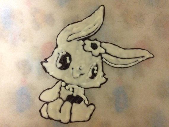 描いた部分の裏にチョコペンで塗るよ