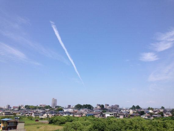 夏と相性抜群の飛行機雲