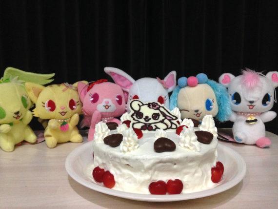 ケーキの前に群がるジュエルペット達