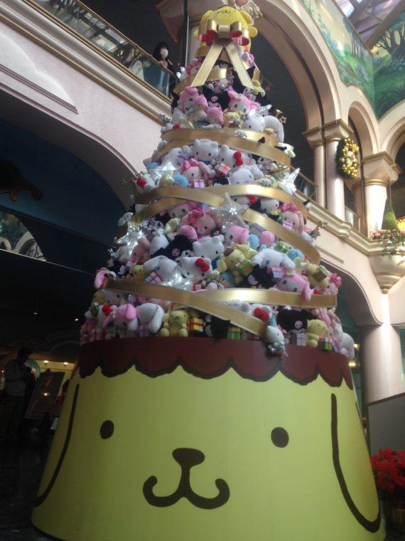 プリンくんが目立つクリスマスツリー