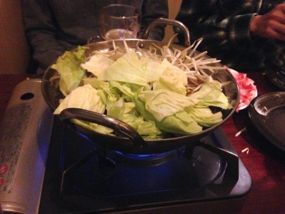 しゃぶしゃぶの鍋に野菜を豪快に突っ込む