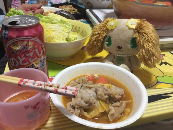 キムチ鍋の具を盛ったお皿とプレーズ