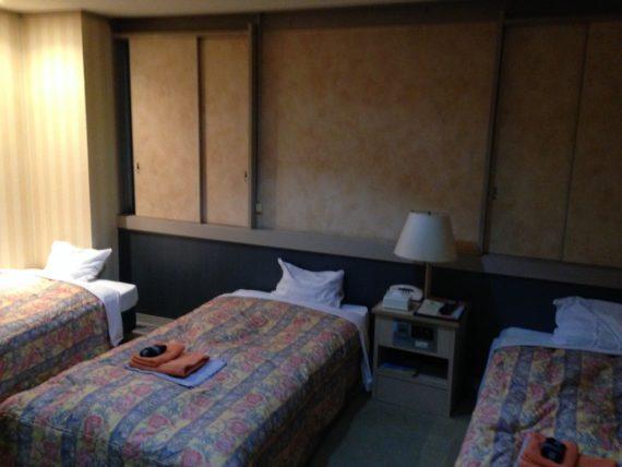 ホテルフジヨシのトリプルベッドがある部屋