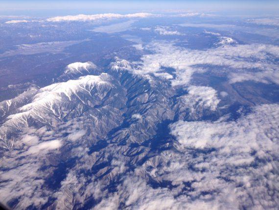 飛行機の窓からの風景