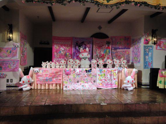 ステージに飾られた大量のルビーちゃん