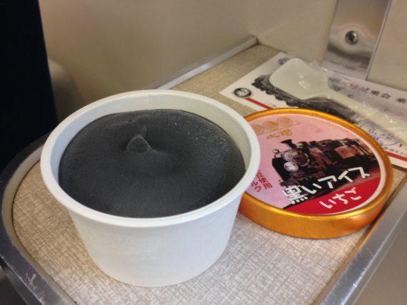 SL大樹名物の黒いアイス
