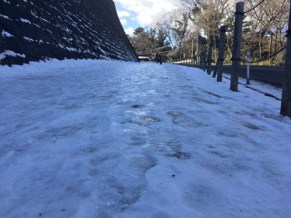 ツルツルと滑る氷道
