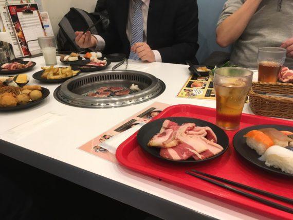 お肉以外にも盛られたテーブル