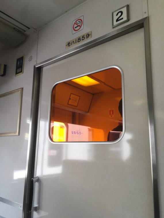 ドア先の謎のオレンジ色の窓