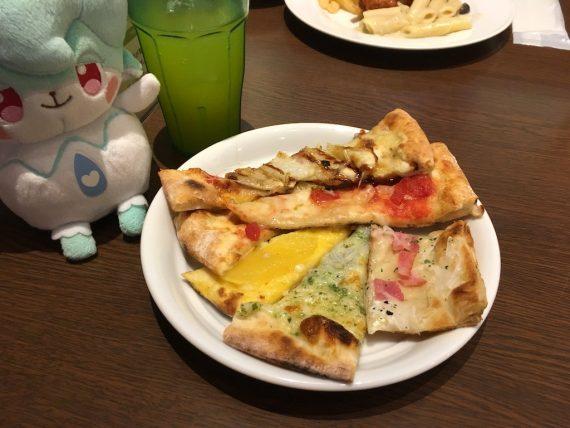 お皿の上に大量に盛られたピザ
