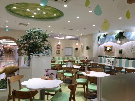 京都のシナモロールカフェの店内