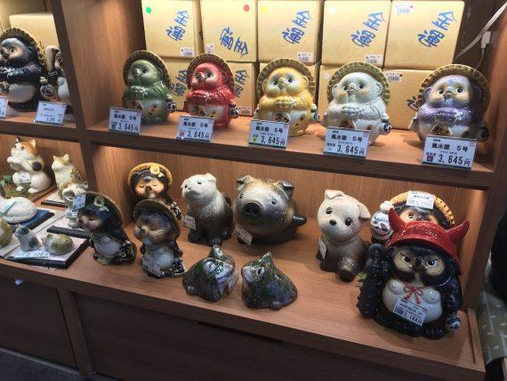 お土産コーナーにある狸の置き物コーナー
