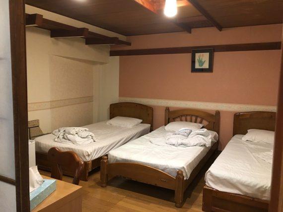 「ホテル ダイキ」のトリプルベッドがある室内