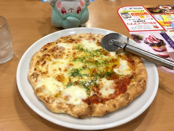 京都のガストで食べるピザ