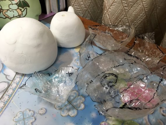 型となる粘土と型から作った型紙