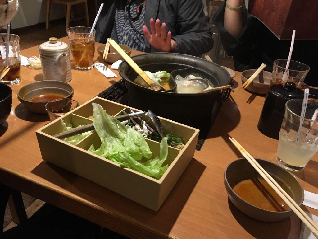 しゃぶ場でテーブルに置かれた鍋や具材